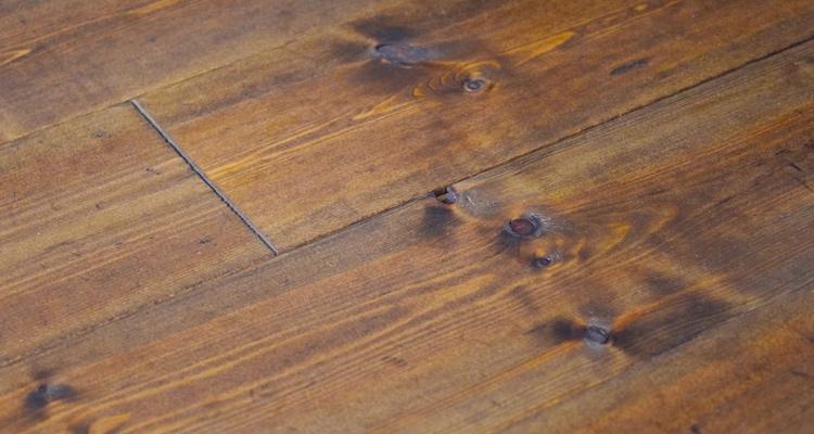 レッドパインフローリングBグレード塗装の木目アップ