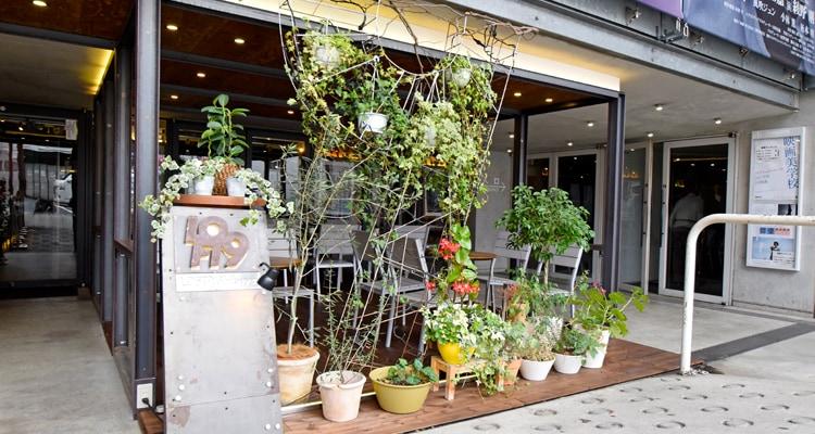 レッドパインフローリングBグレード塗装のカフェ外観
