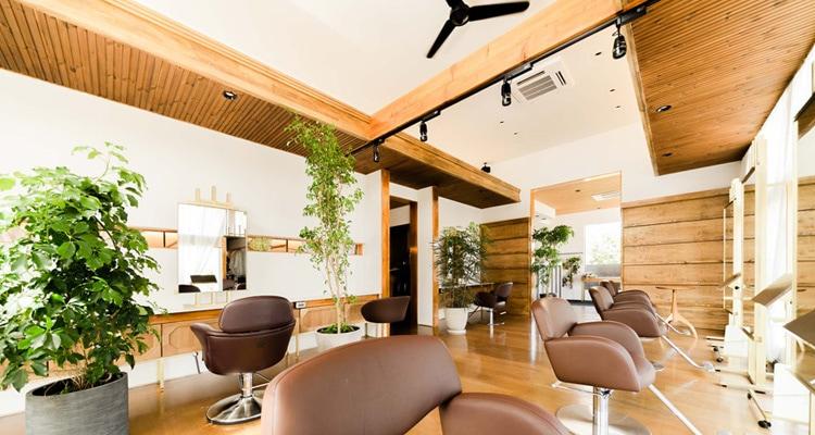 サーモウッドパインリブ羽目板の美容室