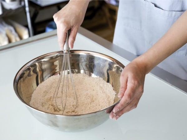 オーブンから出来立てのグルテンフリーの焼き菓子