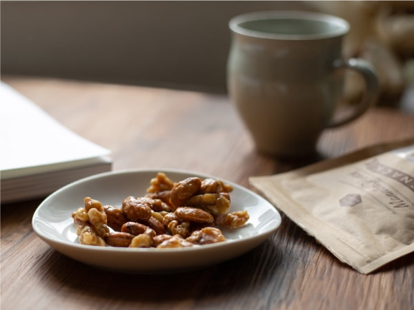 砂糖不使用、マヌカ&メープルで醸し出す「森のキャラメル」風味。