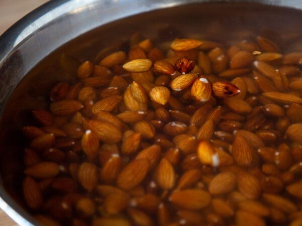生のナッツを浸水させてローナッツを作る