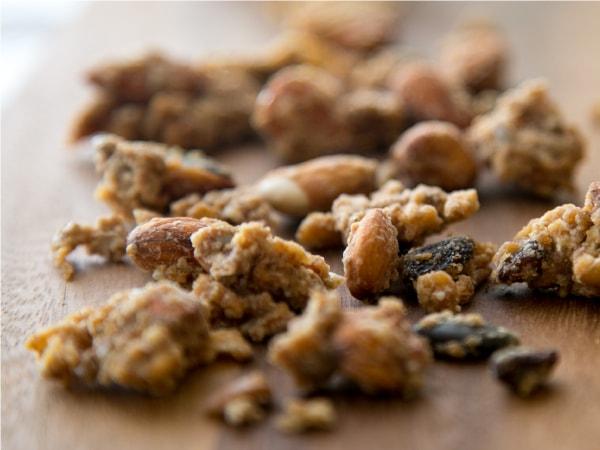 砂糖・小麦粉不使用。ごろごろナッツと果実とマヌカの贅沢レシピ。