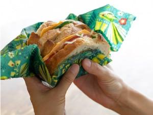 サンドウィッチを包む