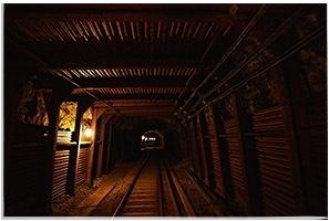 坑洞内は年間を通して一定の気温が保たれ、一切の紫外線に晒されないことから、焼酎の貯蔵・熟成に理想的な環境が整っています。