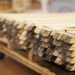 『樽ものがたりbyカリモク』シリーズで使われるオーク材は、非常に長い年月を経た貴重な材料です。