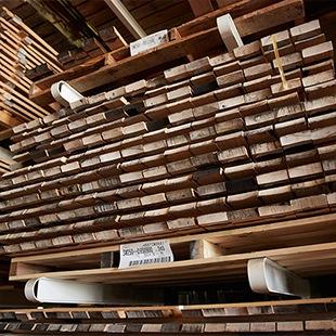 『樽ものがたりbyカリモク』シリーズで使われているオーク材は、大きく育つために長い歳月を要し、さらに何十年もウイスキーの熟成に用いられた後、家具として再生したものです。