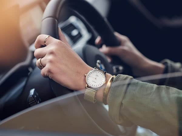 オーカーフォーク 24時間表示腕時計ゴールド色の使用イメージ