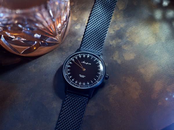 オーカーフォーク 24時間表示腕時計ブラック色の使用イメージ