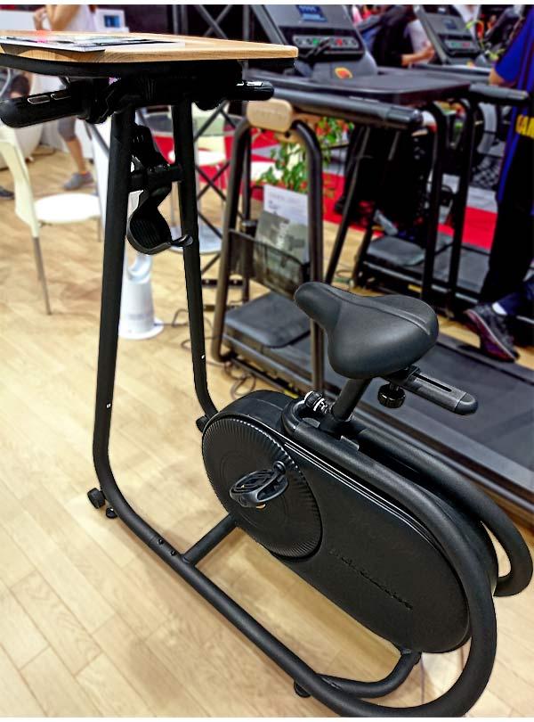 ながら運動のできるデスク付きフィットネスバイク