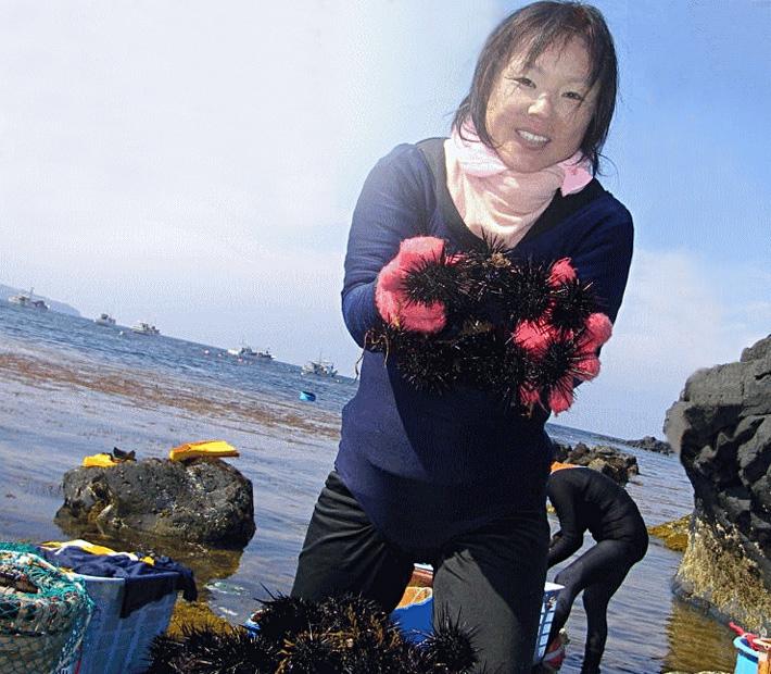 壱岐島の素潜り漁師と海女さん