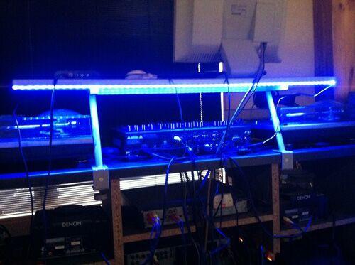 DJブースに青色のledテープを使用