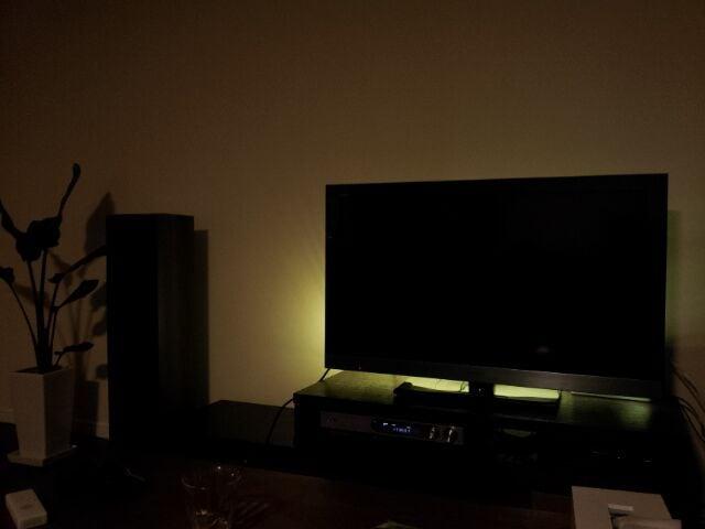 テレビ裏に間接照明として電球色のledテープを設置