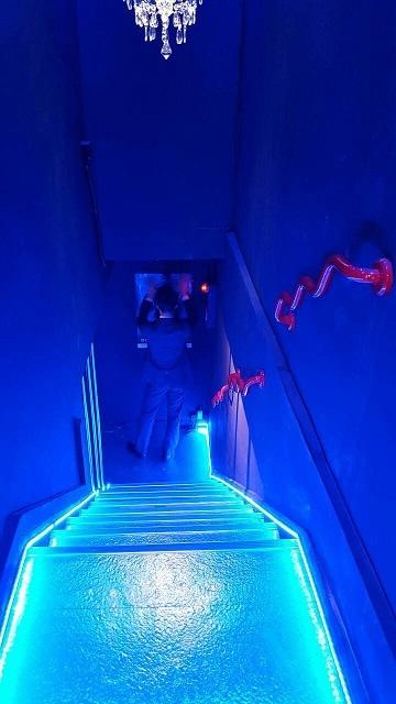 階段に施工した青のLEDテープライト