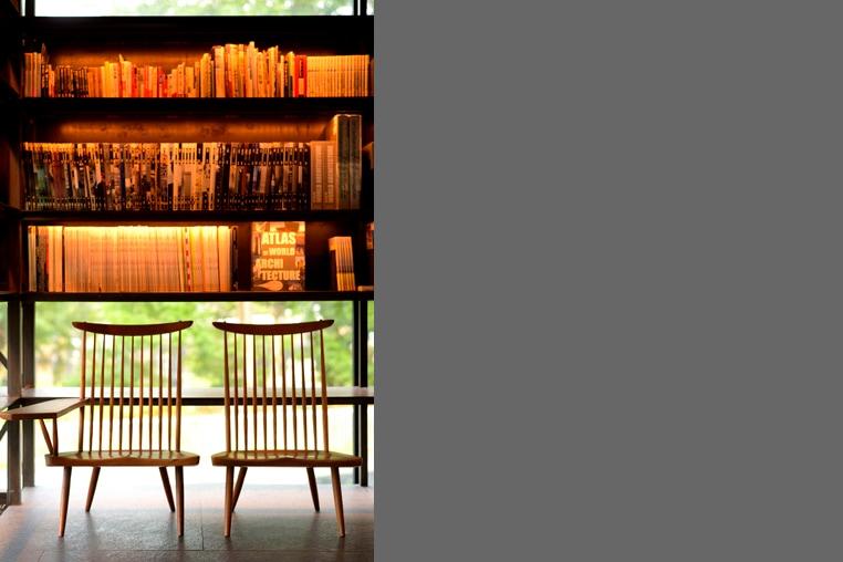 椅子と本棚