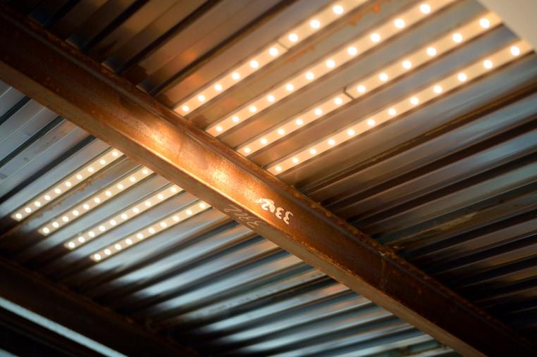 天井に設置したLEDテープライト