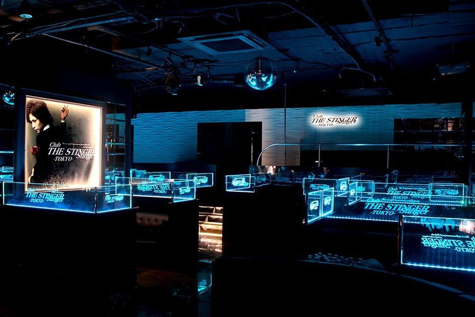LEDテープライトによって目立たせたフレームと店舗ロゴ