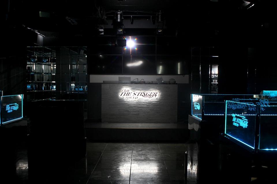 暗い空間に店舗ロゴをバックライトで目立たせた画像