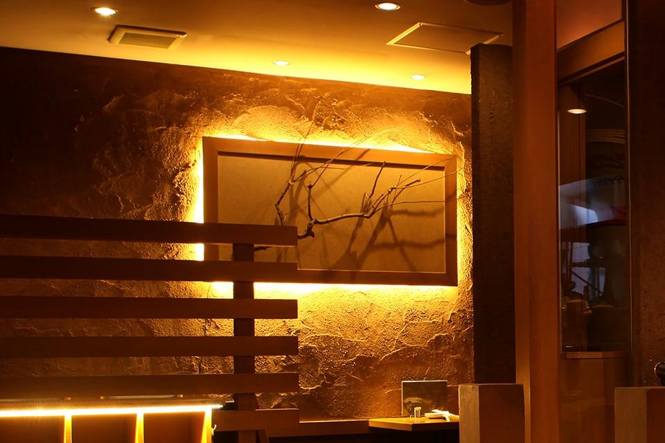 和の木製フレームをバックライトで際立たせた壁面画像