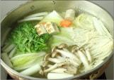 鍋に具材を入れる