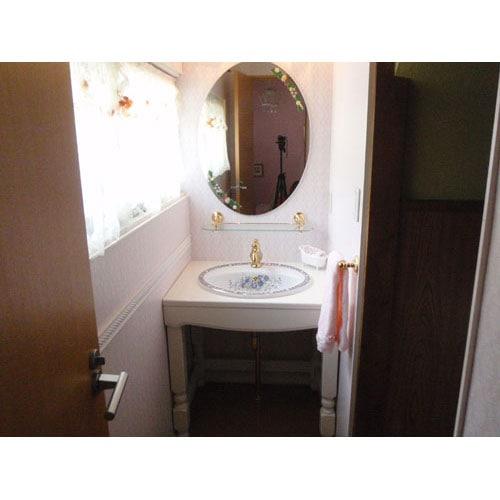 ミラーやガラスシェルフなどを使用した洗面空間