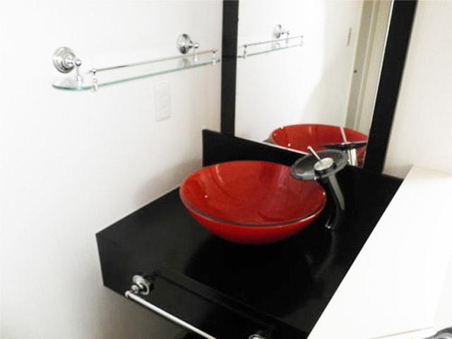 水栓やガラスシェルフを使用した洗面台