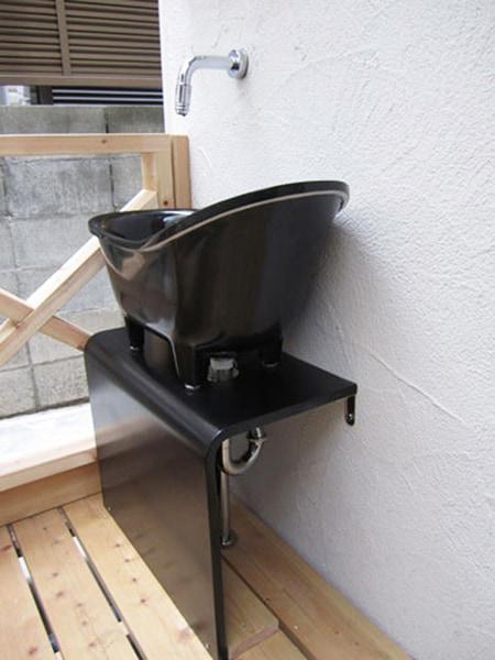 テラスに設置した人工大理石の洗面ボウル
