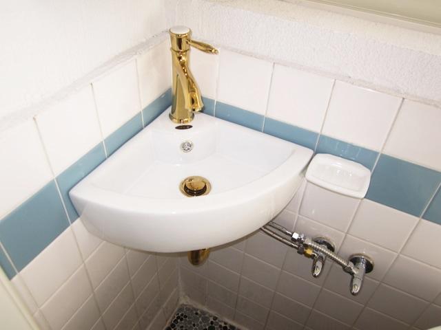 三角のデザインでコーナーに設置出来る手洗い器