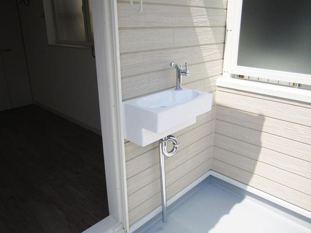 壁付けした小さい手洗い器