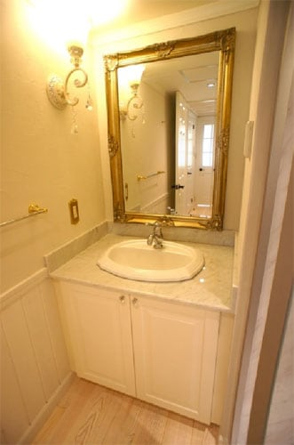 大きな鏡や照明と組み合わせたおしゃれな洗面台