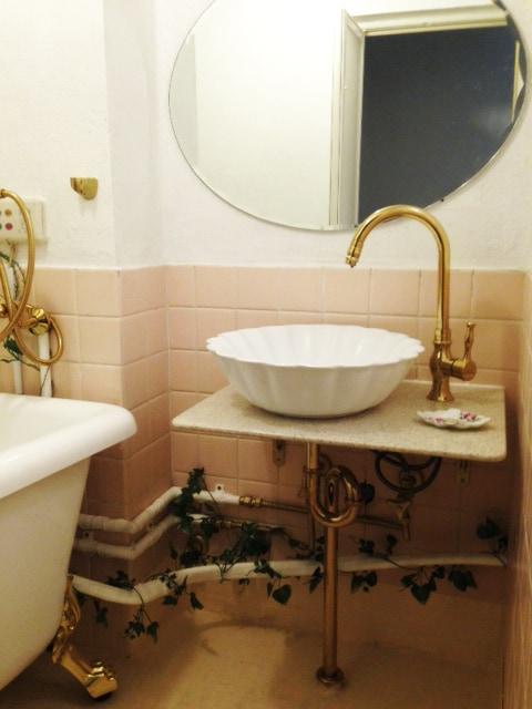 人工大理石の天板を使った洗面台の施工例