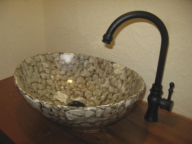 黒の混合水栓と合わせた落ち着いた雰囲気の洗面台