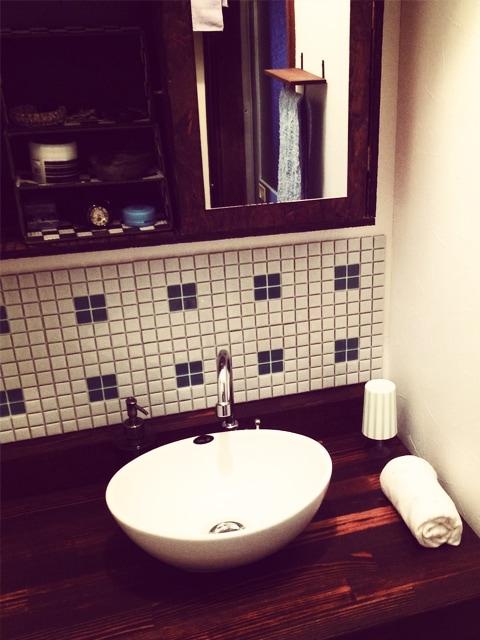 天板の色合いが趣のある洗面台