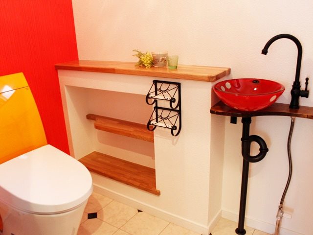 水玉模様のボウルと木の天板を使用した洗手洗い器