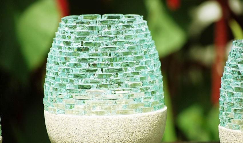 キャンドルライト。キラキラと輝くガラスのキャンドルホルダー。