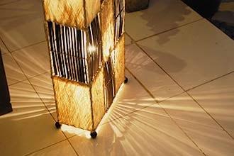 天然素材ウッドスキンのシェード。間接照明。