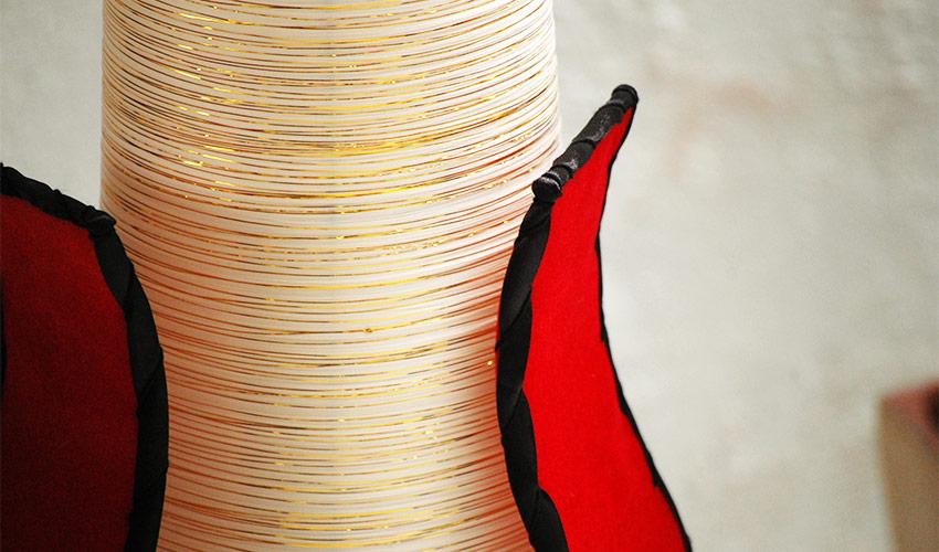 金糸が繊細に巻かれているシェード。フロアスタンドライト。