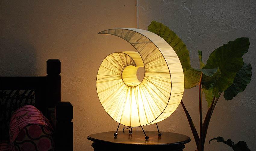 間接照明、フロアスタンドライト。かわいい巻貝テーブルランプ