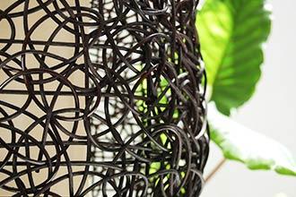 ラタンを編みこんだ自然素材のシェード。フロアスタンドライト。