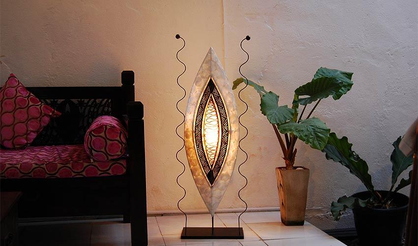 間接照明、フロアスタンドライト。個性的なアンティーク調のシェルランプ