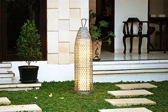 籠でできた庭園灯。屋内外兼用ガーデンライト