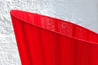 お部屋を華やかにする赤のコットンシェード。フロアスタンドライト。