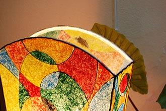 ステンドグラス風のレトロポップなフロアスタンドライト。