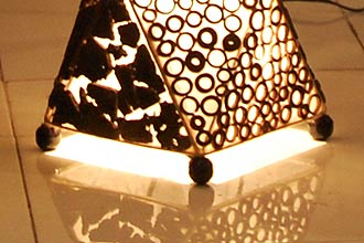 アジアン間接照明、フロアスタンドライト。ストーンとバンブーのランプ