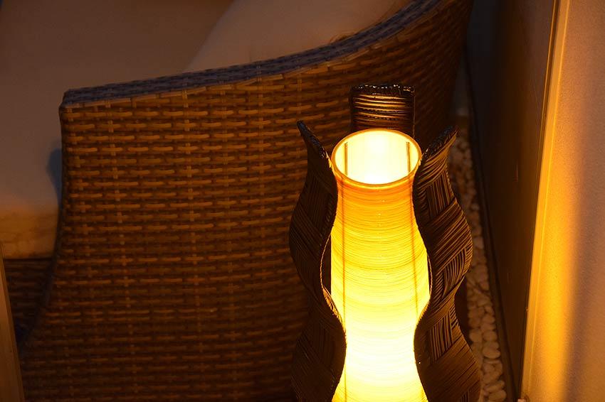 バリ風のかわいいラタンとコットンのランプ