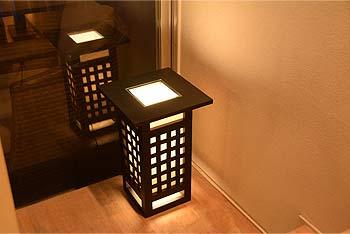 アジアン照明。サイドテーブルにもなる行燈型和風照明