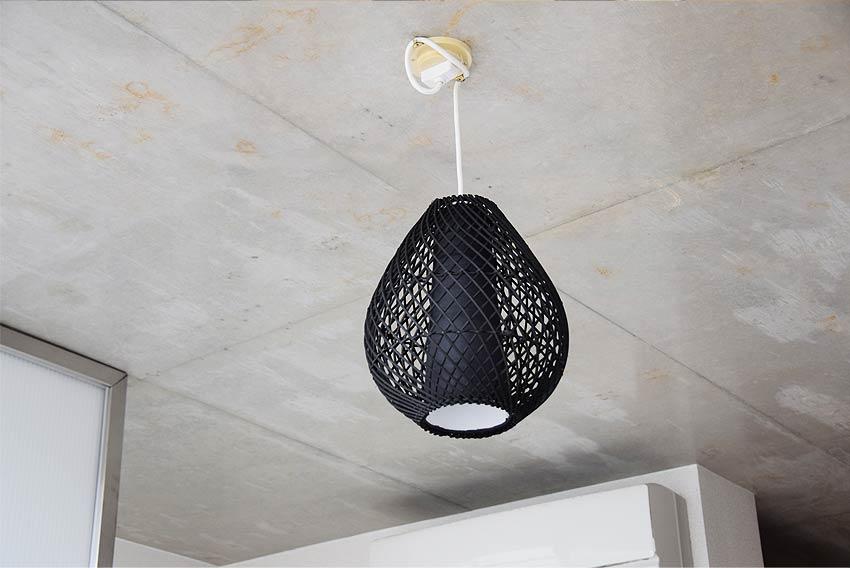 アジアン天井照明。シックなラタン製の黒色ペンダントライト