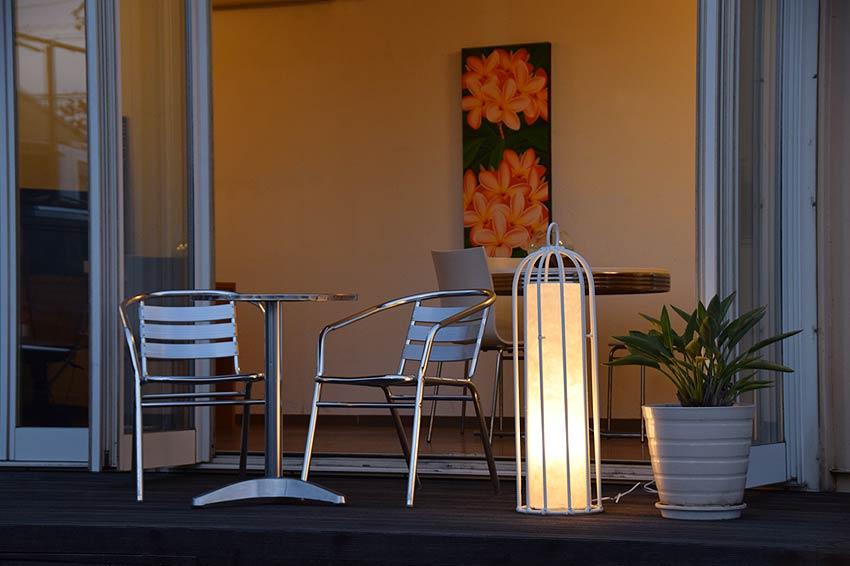 屋外用でも使える白いシンセティックラタンの照明。ガーデンライト