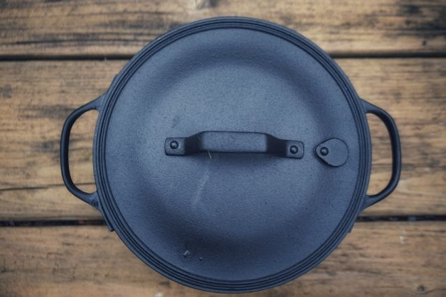 青の鋳鉄製ダッチオーブン