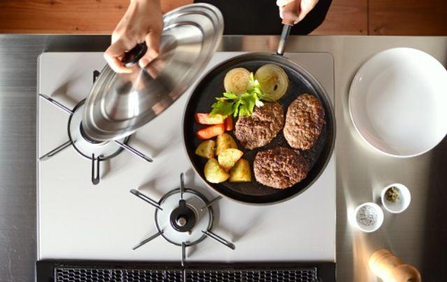 鉄フライパンで料理をする